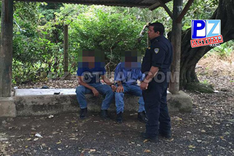Detienen a sospechosos de esconder salveque con droga en el techo de una parada de buses.