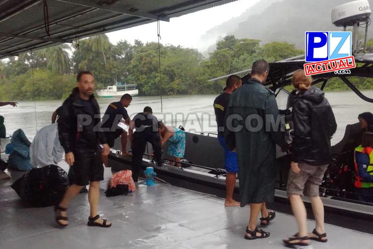 Guardacostas rescata a tripulantes de lancha que rayo dejó a la deriva.