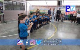Autoridades recuerdan a estudiantes la importancia del lavado de manos y el protocolo de estornudo.