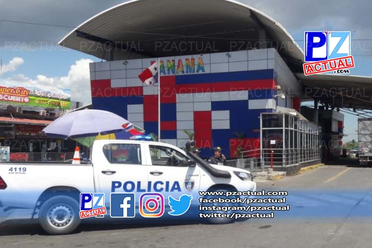 Autoridades policiales supervisan el cierre de la frontera sur del país.